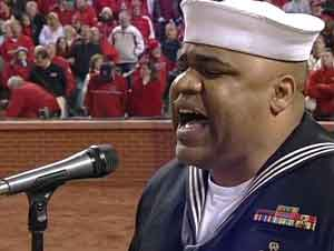 Oficial Naval Retirado Canta 'Dios Bendiga a América' en la Serie Mundial – Le Dará Escalofríos