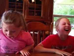Cuando Sepa Por Qué Estas 2 Hermanas Están Gritando, Usted Querrá Unírseles – ¡Aww!