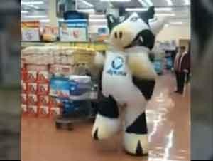 1 Vaca Hace un Flash Mob con MUUvimientos Divertidos En El Supermercado
