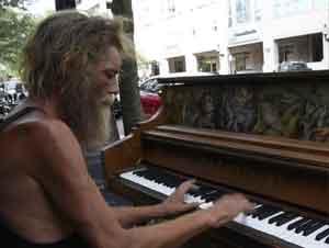 ¡Un Veterano Militar Sin Hogar se Sentó en el Piano y ESTO Sucedió!