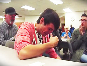 El perdió el carro que le pertenecía a su difunto padre en una subasta, pero un hombre extraño hizo lo siguiente!