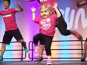 Ahora hacer ejercicio es mucho más agradable gracias a esta pequeña instructora.