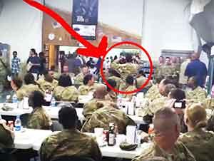 Todo parecía como un día normal en el pasillo hasta que un soldado lo cambió todo!