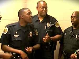 Estos policias que cantan acapella estan adorando a JESUS!