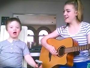Ella comenzó a cantar la canción favorita de su hermano. Solo puedes sonreir al ver cuando su hermano canta con ella.