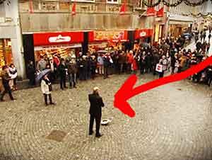 El mundo se detuvo cuando éste hombre empezó a cantar en la calle.