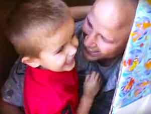 Soldado salió de una caja para darle la sorpresa de cumpleaños a su hijo!