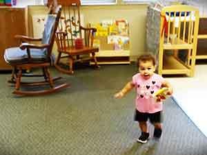 Acaba de ver a su papá después de su primer dia en la guardería y su reacción es ADORABLE!