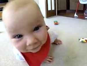 Bebé se arrastra para perseguir la camara y despues trata de comersela.