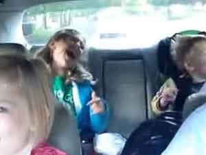 Padre y hijos cantana en el carro juntos