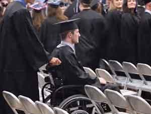 Estudiante paralizado se levanta y camina para recibir su diploma de graduación.