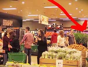 Cantantes de ópera sorprenden a compradores en una tienda mientras hacían sus despensas.