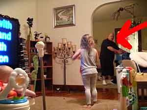 Camara secreta capta a un papá bailando con su hija!