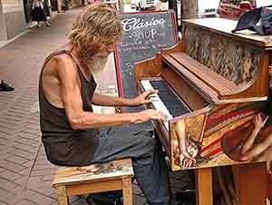 Un vagabundo toca el piano en la calle de manera impresionante!