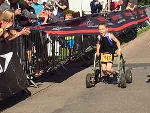 Niño con parálisis cerebral termina corriendo un maratón por sí mismo entre aplausos.