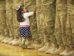 Esta niña ignoro el protocol militar por una muy buena razón!