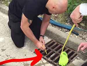 Patitos atrapados en un drenaje son rescatados de una manera muy ingeniosa.