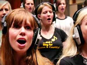 Esposas de militares le cantan a sus marido que están asignados en otras bases.