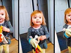 Niña juega y canta con sus juguetes!