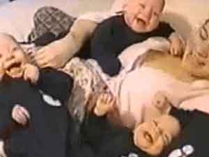 Cuatro gemelos se divierten con su papá!