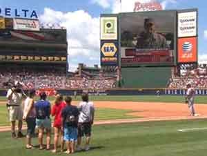 Sargento Dave Sims sorprende a su familia entera en un juego de béisbol!