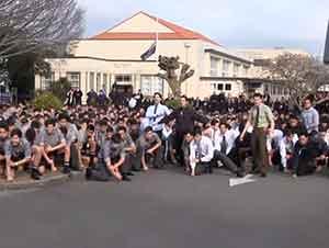 """Alumnos ofrecen el último adiós a su profesor con el ritual tradicional """"Haka""""."""