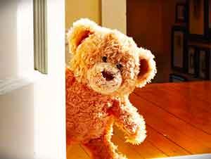 Mira lo que este pequeño oso de peluche espera con tanta ansiedad!