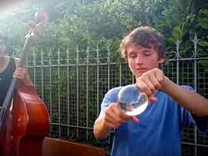 Empezó a mover una bola de cristal con sus manos y quedé hipnotizado!