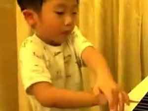 Niño prodigio toca el piano con tan solo 4 años
