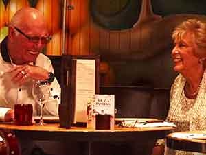 Personas de la tercera edad tienen una primera cita a ciegas