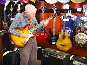 Hombre de 80 años toca la guitarra de una manera fenomenal!