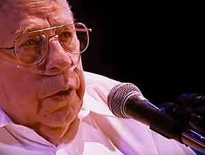 Hombre de 83 años canta con toda su alma