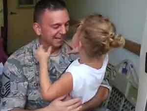 Padre sorprende a su hija en la escuela!