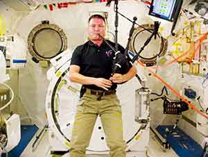 """Astronauta toca """"Amazing Grace"""" en las gaitas desde el espacio"""