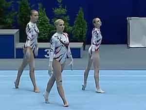 Trío de chicas gimnastas presentan una rutina increible