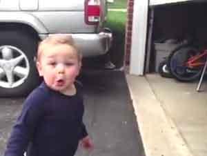 Bebé no puede creer lo que ve!