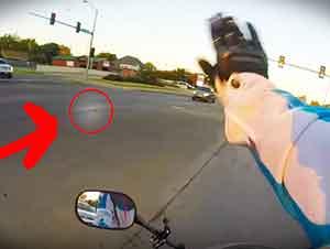 Valiente motociclista salva a un gatito perdido en medio de la calle.