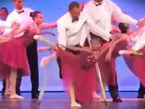 Hermoso recital de baile entre padres e hijas