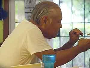 Esposo devoto cuida a su amada esposa que sufre de demencia