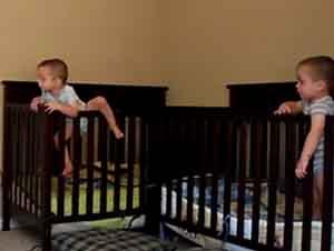 Bebes gemelos se salen de sus cunas