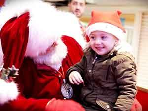 Santa y una niña que no puede hablar usan señas para comunicarse