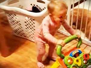 Bebé se pone a rocanrolear en lugar de jugar