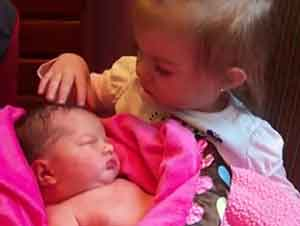 Pequeña conoce a su hermanita bebé por primera vez en un tierno encuentro.