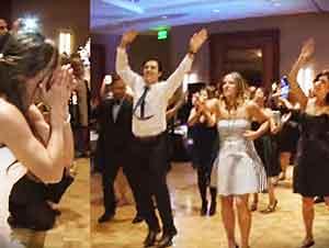 Familia sorprende a la novia con un baile en su boda.