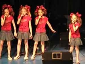 """Cuatro hermosas niñas cantan """"Oh Dia Feliz"""""""