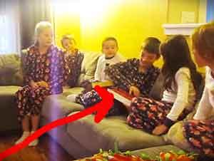 Sorpresa de navidad para un niño que acaba de ser adoptado