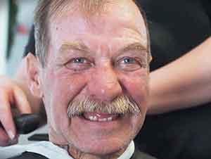 Personas sin hogar reciben cortes de pelo gratuitamente.