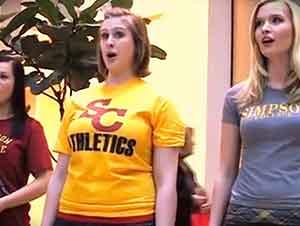Estudiantes dan sorpresa en un centro comercial.