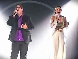 """Dueto canta """"Cuan Grande es Él"""" frente a una gran audiencia."""