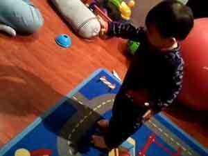 Pequeño bebé descubre su sombra por primera vez.